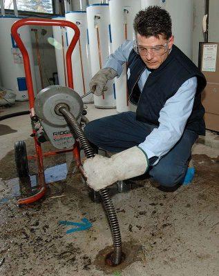 plombier qui débouche canalisation bouchée