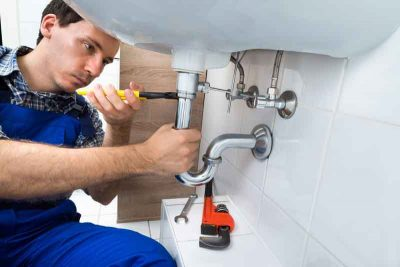 plombier qui répare un évier