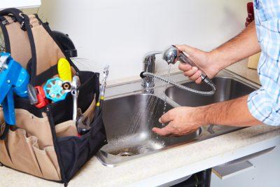 déboucheur qui débouche un appareil sanitaire