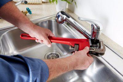 plombier qui dépanne un évier