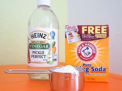 Déboucher une baignoire avec mélange de bicarbonate de soude et du vinaigre