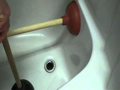 Débouher une baignoire avec une ventouse de pression