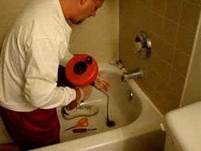 Le déboucheur débouche la baignoire par la crépine